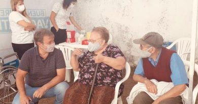 En pleno domingo, Cascallares recorrió un centro de vacunación